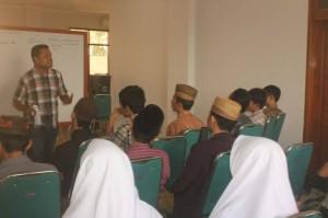 Rozin, Wartawan Radar Mojokerto memberikan materi reportase kepada peserta Sekolah Menulis Jilid II, Jum'at (14/3/2014).