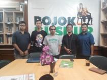 Delegasi Tebuireng Media Group bersama Athoillah, pengelola Pojok Gus di Gedung PBNU lantai 1 Kamis (03/12/2015).