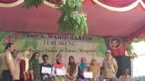 Para pemenang menerima hadiah perlombaan 40 tahun SMP AWH Tebuireng Sabtu (06/12/2015)