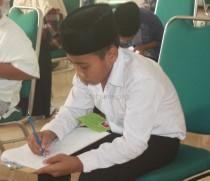 Salah satu peserta asyik menggambar sebagai salah satu materi tes kepribadian