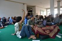 Para mahasantri mengacungkan tangan saat sidang dalam kongres DPM-BEM Ma'had Aly Hasyim Asy'ari (Kamis, 10/12/2015) (foto;Fatih)