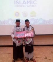 Azmi dan Raffinda sesaat setelah menerima hadiah