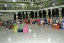 Para mahasantri putri mengikuti musyawarah bulanan di Masjid Ulul Albab Tebuireng, (30/11/2015)