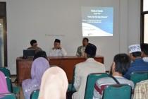 Pengasuh Pesantren Tebuireng, Dr. Ir. KH. Salahuddin Wahid bersama Dr. Budi Munawar Rahman dalam diskusi HAM dan Islam bersama para mahasiswa Jombang, Selasa (19/01) di Gedung Yusuf Hasyim lantai 2 Pesantren Tebuireng.