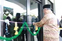 Gus Sholah meresmikan Gedung Diklat baru secara simbolis dengan pemotongan pita