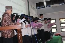 Pembacaan ikrar oleh Drs. KH. Muthoharun Afif, Lc., M.Hi., diikuti seluruh pengurus terlantik