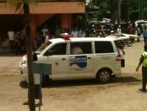 Ambulan Puskestren Tebuireng pembawa jenazah Pak Dur ke rumah duka