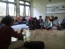 Narasumber menjelaskan materi kepada para peserta Sekolah Managemen Forum