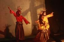 Penampilan seni tari oleh tiga mahasiswi Unhasy