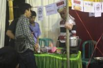 Stand makanan dan minuman ramai dan laris sejak awal dibukanya bazar