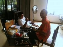 Salah satu pengurus Pesantren Tebuireng mendonorkan darahnya, Jum'at (01/04). Di Tebuireng Donor Darah adalah acara sosial yang sering dilaksanakan.