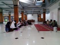 Suasana pertemuan antara pengurus Pesantren Tebuireng dan  rombongan dari Pesantren al-Kamal Lombok Barat di serambi Masjid Tebuireng, Selasa (26/04/2016)