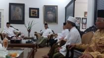 PWNU Jatim mengunjungi Ndalem Kesepuhan Pesantren Tebuireng, disambut Pengasuh KH. Salahuddin Wahid dan Wakil Pengasuh KH. Abdul Hakim Mahfudz, Kamis (21/04/2016)
