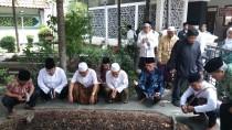 Usai pertemuan di Ndalem, rombongan PWNU Jatim menziarahi makam Hadratussyaikh dan Gus Dur.