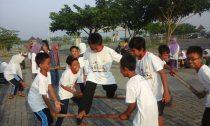 Kegembiraan para anak yatim saat outbound dalam rangkaian acara Smart Camp yang diadakan oleh Fakultas Ekonomi Unhasy di Kawasan Makam Gus Dur (05/05/2016)