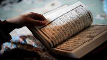 Ilustrasi wanita membaca Al-Qur'an (sumber: muslim.or.id)