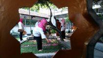 Persit (Persatuan Istri TNI Angkatan Darat) Kartika Candra Korem 082, Mojokerto berziarah ke Makam di Pesantren Tebuireng (14/09/2016)