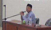 Kepala Pondok Putra: Ustadz Iskandar, S.Hi. menyampaikan materi Kepembinaan di depan peserta DIklat Kader Tebuireng angkatan kedua, Selasa (27/09/2016) di Aula Diklat Jombok Ngoro Jombang