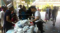 Panitia sedang membagikan daging kepada warga yang mendapatkan kupon, hari ini (12/09/2016)