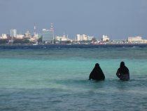 Wanita-wanita Maladewa mengenakan burqa meskipun ke pantai. Sumber: Rapler.com