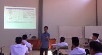 Pemateri Psikologi Remaja, Pak Rudi Cahyono saat menerangkan materi kepada peserta Diklat Kader Pesantren Tebuireng, Selasa (18/10/2016)