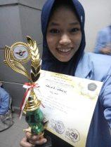 Siti Bunyana memamerkan piagam dan piala kemenangannya.