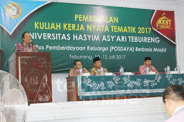 Wakil Rektor I Unhasy Prof. Dr. Haris Supratno menyampaikan sambutan dalam pembukaan pembekalan KKNT Unhasy di Auditorium Unhays pada Senin (10/07/2017).
